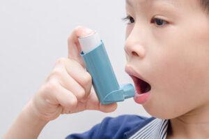kid using asthma spray